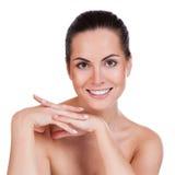 Όμορφο πρόσωπο της νέας ενήλικης γυναίκας με το καθαρό φρέσκο δέρμα Στοκ Φωτογραφίες