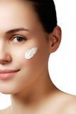Όμορφο πρόσωπο της νέας ενήλικης γυναίκας με το καθαρό φρέσκο δέρμα - isol Στοκ Εικόνες