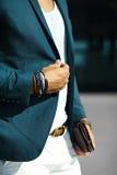 όμορφο πρότυπο άτομο στο περιστασιακό κοστούμι υφασμάτων με τα εξαρτήματα Στοκ φωτογραφία με δικαίωμα ελεύθερης χρήσης