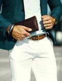 όμορφο πρότυπο άτομο στο περιστασιακό κοστούμι υφασμάτων με τα εξαρτήματα Στοκ εικόνες με δικαίωμα ελεύθερης χρήσης