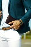Όμορφο πρότυπο άτομο στο περιστασιακό κοστούμι υφασμάτων με τα εξαρτήματα Στοκ Φωτογραφία