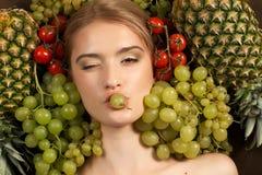 Όμορφο πρότυπο γυναικών κοριτσιών με τα φρούτα Στοκ φωτογραφίες με δικαίωμα ελεύθερης χρήσης