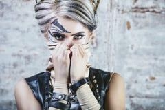 Όμορφο πρότυπο γυναικών με την τέχνη σωμάτων στο πρόσωπο ασυνήθιστου και του φ Στοκ Εικόνες