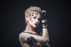 Όμορφο πρότυπο γυναικών με την τέχνη σωμάτων του ασυνήθιστου και μοντέρνου γ Στοκ Εικόνες