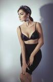 Όμορφο πρότυπο γυναικών με το επαγγελματικό makeup, στο κόσμημα στοκ φωτογραφία με δικαίωμα ελεύθερης χρήσης