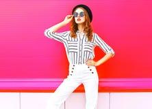 Όμορφο πρότυπο γυναικών που φορά τα άσπρα εσώρουχα γυαλιών ηλίου μαύρων καπέλων στοκ φωτογραφία με δικαίωμα ελεύθερης χρήσης