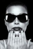 Όμορφο πρότυπο κορίτσι μόδας στα μεγάλου μεγέθους γυαλιά ηλίου Στοκ Φωτογραφίες