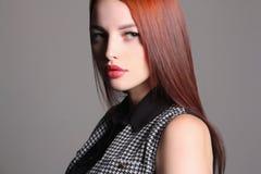 Όμορφο πρότυπο κοριτσιών με την κόκκινη τρίχα Στοκ Εικόνα