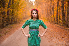 Όμορφο πρότυπο κοριτσιών στα κίτρινα φύλλα φθινοπώρου Στοκ Εικόνες