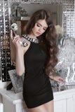 Όμορφο πρότυπο κοριτσιών brunette αισθησιακό με το τηλέφωνο πολυτέλειας rece Στοκ φωτογραφία με δικαίωμα ελεύθερης χρήσης