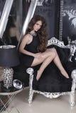 Όμορφο πρότυπο κοριτσιών brunette αισθησιακό στο απότομα μαύρο posin φορεμάτων Στοκ Φωτογραφίες