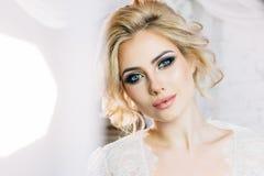 Όμορφο πρότυπο με τα εκφραστικά μάτια και όμορφο hairdo στο whi Στοκ φωτογραφίες με δικαίωμα ελεύθερης χρήσης