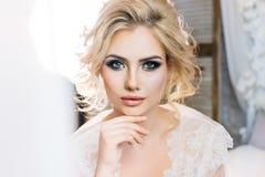 Όμορφο πρότυπο με τα εκφραστικά μάτια και όμορφο hairdo στο whi Στοκ εικόνα με δικαίωμα ελεύθερης χρήσης