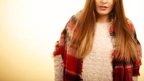 Όμορφο πρότυπο με τα χειμερινά ενδύματα στοκ φωτογραφίες
