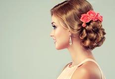 Όμορφο πρότυπο με τον κομψό γάμο hairstyle στοκ εικόνες