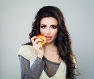 Όμορφο πρότυπο μόδας γυναικών που τρώει τη Apple Στοκ φωτογραφίες με δικαίωμα ελεύθερης χρήσης