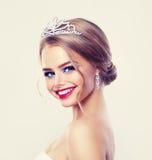 Όμορφο πρότυπο μόδας γυναικών Diadem διαμαντιών στοκ εικόνες