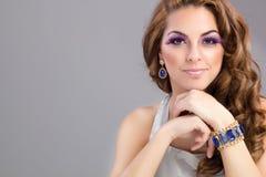 Όμορφο πρότυπο πορτρέτο brunette, πορφυρή σύνθεση Στοκ Φωτογραφίες