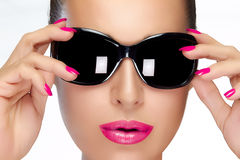 Όμορφο πρότυπο στα μαύρα γυαλιά ηλίου μόδας Φωτεινά Makeup και Μ Στοκ Εικόνες