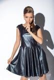 Όμορφο πρότυπο στο σκούρο μπλε φόρεμα που εξετάζει τη κάμερα στοκ φωτογραφία με δικαίωμα ελεύθερης χρήσης