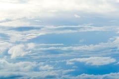 Όμορφο πρότυπο υποβάθρου μπλε ουρανού με κάποιο διάστημα για την εισαγωγή Στοκ Φωτογραφία