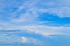 Όμορφο πρότυπο υποβάθρου μπλε ουρανού και σύννεφων με κάποιο Spac Στοκ φωτογραφία με δικαίωμα ελεύθερης χρήσης