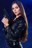 όμορφο πυροβόλο όπλο κοριτσιών ανασκόπησης που κρατά τον προκλητικό καπνό μεγάλα αντικείμενα ελέγχων ιστορικού περισσότερο ο άλλο Στοκ Φωτογραφίες