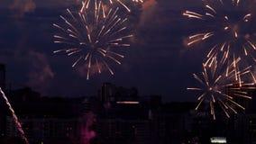 Όμορφο πυροτέχνημα στον ουρανό βραδιού απόθεμα βίντεο