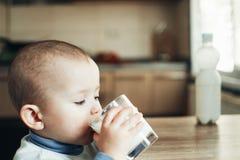 Όμορφο πόσιμο γάλα μικρών παιδιών στοκ φωτογραφίες