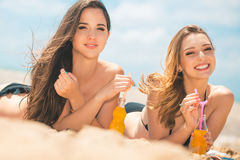 Όμορφο πόσιμο νερό νέων κοριτσιών από το boutle στην παραλία Στοκ φωτογραφίες με δικαίωμα ελεύθερης χρήσης