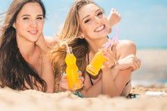 Όμορφο πόσιμο νερό νέων κοριτσιών από το boutle στην παραλία Στοκ φωτογραφία με δικαίωμα ελεύθερης χρήσης