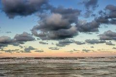 Όμορφο δραματικό cloudscape πέρα από τη θάλασσα στο ηλιοβασίλεμα Στοκ Εικόνες