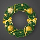 Όμορφο ρεαλιστικό διάνυσμα του κωνοφόρου στεφανιού με τους χρυσούς βολβούς και διακοσμημένος με τις κορδέλλες και των αστεριών στ διανυσματική απεικόνιση