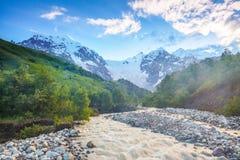 Όμορφο ρεύμα βουνών με τις ζωηρόχρωμες πέτρες Στοκ Εικόνες