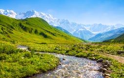 Όμορφο ρεύμα βουνών με τις ζωηρόχρωμες πέτρες Στοκ εικόνες με δικαίωμα ελεύθερης χρήσης