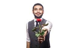 Όμορφο ρομαντικό ευτυχές άτομο με το ροδαλό λουλούδι Στοκ Φωτογραφία