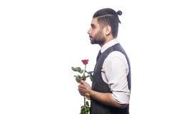 Όμορφο ρομαντικό ευτυχές άτομο με το ροδαλό λουλούδι Στοκ Φωτογραφίες