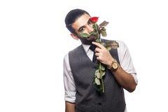 Όμορφο ρομαντικό ευτυχές άτομο με το ροδαλό λουλούδι Στοκ φωτογραφία με δικαίωμα ελεύθερης χρήσης