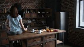 Όμορφο ρομαντικό ζεύγος που αγκαλιάζει στην κουζίνα φιλμ μικρού μήκους