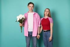 Όμορφο ρομαντικό ζεύγος που στέκεται μαζί χέρι-χέρι στοκ εικόνα