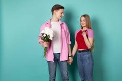 Όμορφο ρομαντικό ζεύγος που στέκεται μαζί χέρι-χέρι στοκ εικόνες με δικαίωμα ελεύθερης χρήσης