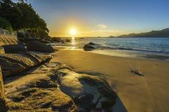 Όμορφο ρομαντικό ηλιοβασίλεμα, παραλία των Σεϋχελλών, χρυσή άμμος, μπλε W Στοκ φωτογραφία με δικαίωμα ελεύθερης χρήσης