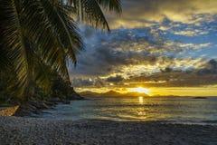 Όμορφο ρομαντικό ηλιοβασίλεμα στην παραλία παραδείσου στο anse αυστηρό, Λα δ Στοκ Φωτογραφία