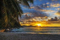 Όμορφο ρομαντικό ηλιοβασίλεμα στην παραλία παραδείσου στο anse αυστηρό, Λα δ Στοκ εικόνα με δικαίωμα ελεύθερης χρήσης