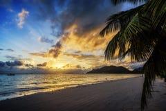 Όμορφο ρομαντικό ηλιοβασίλεμα στον παράδεισο, το φοίνικα, την άσπρα άμμο και το turqu Στοκ Φωτογραφίες