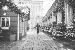 Όμορφο ρωσικό κορίτσι που περπατά στην πλατεία Tverskaya στο χρόνο Χριστουγέννων στοκ εικόνες
