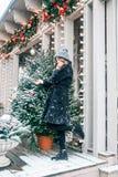 Όμορφο ρωσικό κορίτσι που περπατά στην πλατεία Tverskaya στο χρόνο Χριστουγέννων στοκ εικόνα
