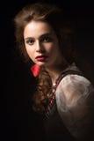 Όμορφο ρωσικό κορίτσι στο εθνικό φόρεμα με μια πλεξούδα hairstyle και τα κόκκινα χείλια Πρόσωπο ομορφιάς Στοκ εικόνα με δικαίωμα ελεύθερης χρήσης