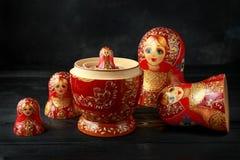 Όμορφο ρωσικό παραδοσιακό να τοποθετηθεί matreshka κουκλών στο αγροτικό υπόβαθρο στοκ εικόνες με δικαίωμα ελεύθερης χρήσης