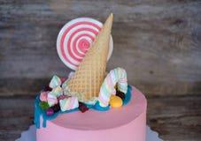 Όμορφο ρόδινο κέικ μωρών με την καραμέλα και marshmallow Στοκ φωτογραφία με δικαίωμα ελεύθερης χρήσης